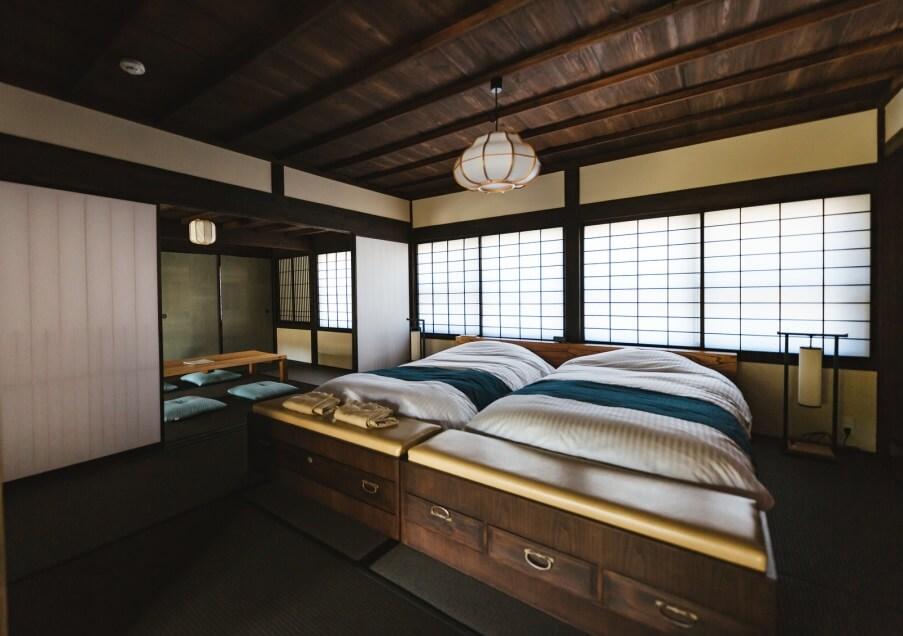 高級古民家の大きなベッド